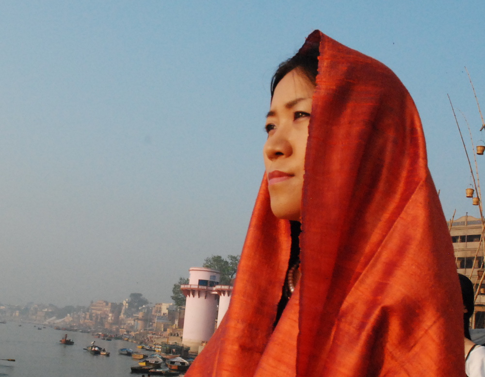 Happy幸子先生。インドのガンジス川のほとりにて。